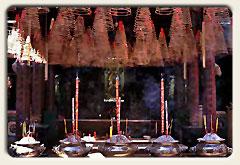 Titelbild Vietnam, Räucherspiralen in einem Tempel, Saigon